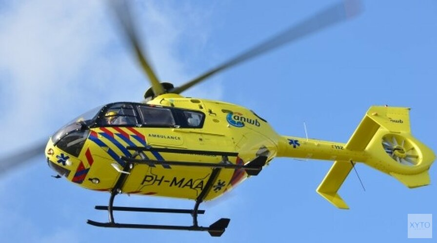 Traumahelikopter rukt uit voor persoon te water in Katwoude