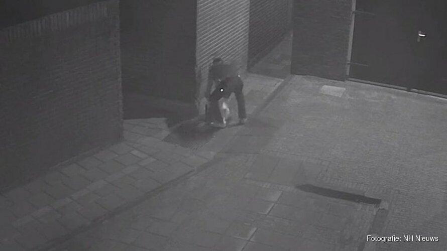Dierenbeul propt eend hardhandig in put in Volendam