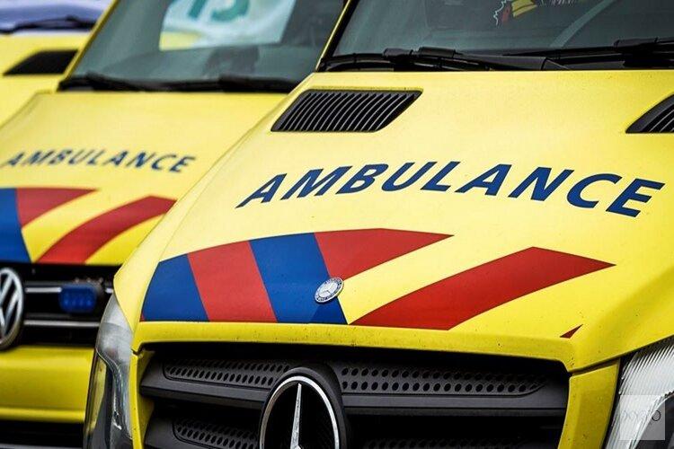 Auto botst tegen boom in Volendam: inzittenden gewond naar ziekenhuis