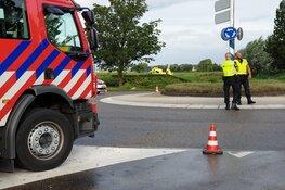 Automobilist bekneld na raken boom in Volendam