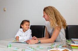 """Voorlezer Jenny Bont over haar vrijwilligerswerk bij het gezin Al Reshedi: """"Dit is zó leuk om te doen"""""""