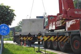Aanhanger kantelt op rotonde Edam: loodzware vloerplaten blokkeren de weg