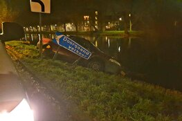 Auto bijna te water in Edam