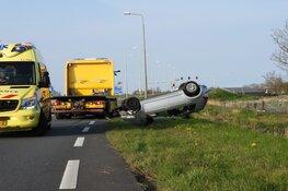 Auto op de kop in Edam, bestuurder gewond