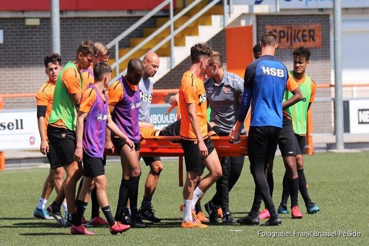 FC Volendam-aanvoerder Kevin Visser per brancard van de training